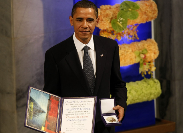 Nobel Peace Prize laureate U.S. President Barack Obama poses with his diploma and medal after receiving the prize at the award ceremony in Oslo City Hall December 10, 2009. The Nobel committee is awarding the peace prize to Obama for his extraordinary efforts to strengthen international diplomacy and cooperation between peoples and cited his push for nuclear disarmament. REUTERS/Kevin Lamarque (NORWAY) - RTXRP11